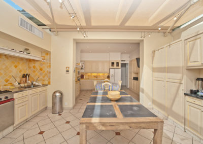 st-tropez-villa-victoria-kitchen-table