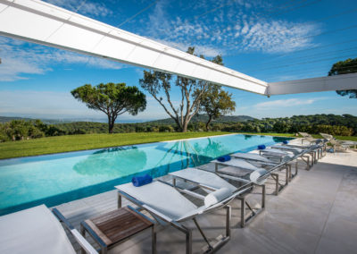 villa-margot-st-tropez-sunbeds-swimming-pool